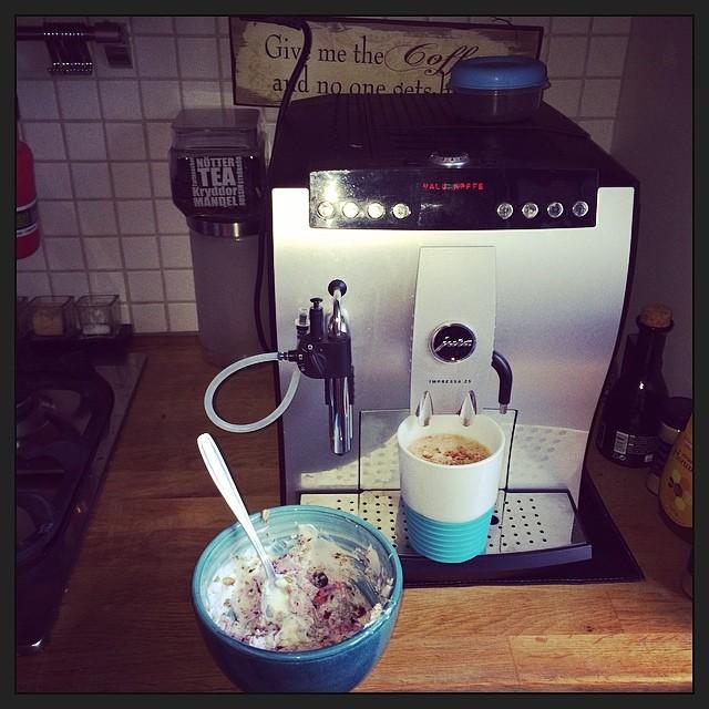 Brakfrulle:), kvarg, frysta bär, agave sirap, mamma Zvan's rostiga nötter och färskmalet kaffe ;) Thats life! @monicaasvahn @daddas