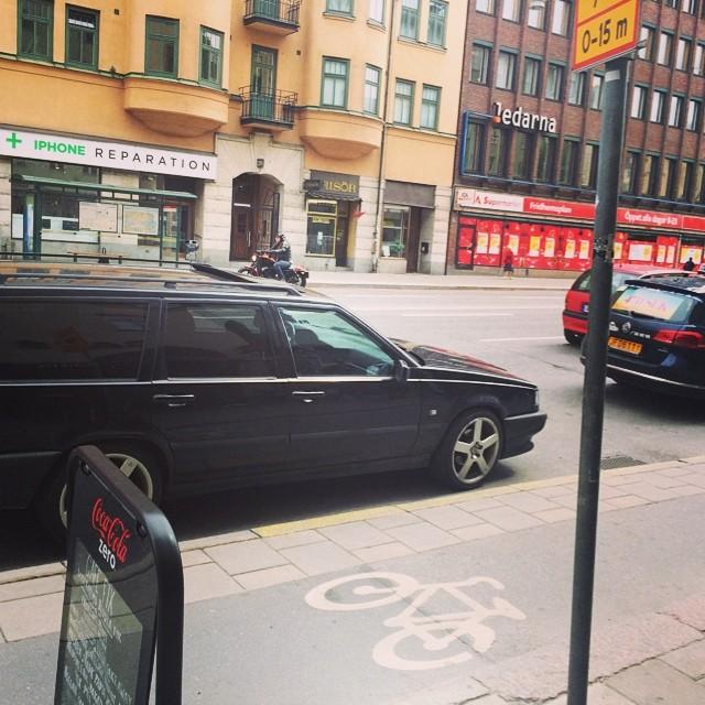 Taxikärring körde in i sidan på min parkerade volvo när hon skulle parkera framför.