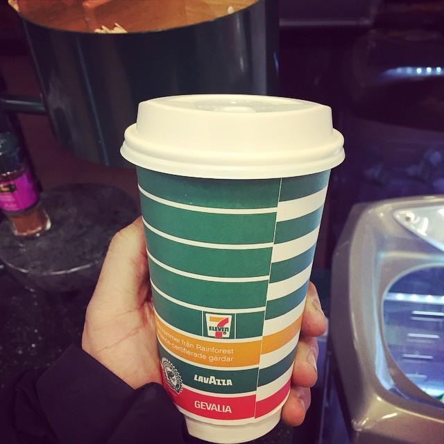 Är det ett tecken att man behöver kaffe, När man beställt en latte i kassan och går därifrån innan man fått den ?!! , hallå du, din kaffe skulle du väl ha med dig!! Å-fan