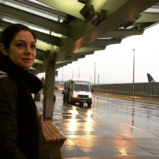 I New York väntar på shuttle bus till hotellet. 4h sena pga stoppet i canada, det sög rätt hårt :)