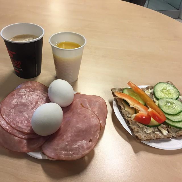 Bästa med att åka till Ahlsell . Man får frukost där som kund :)